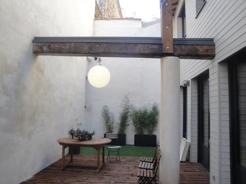 Terrasse en pin naturel, gazon synthétique, sphère lumineuse