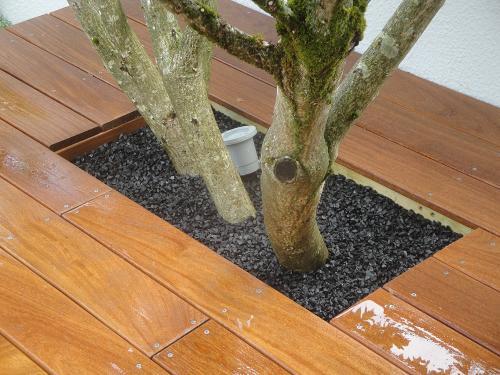 Eclairage de la végétation, Terrasse en bois exotique, gravier noir